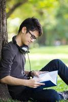 estudante asiática no parque