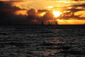 pôr do sol na praia de waikiki