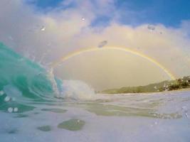 barril e um arco-íris com gotas de água