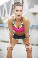 mulher tendo uma pequena pausa enquanto jogging
