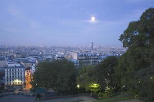 skyline de paris ao amanhecer com lua foto