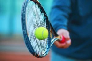 raquete de tênis e bola foto