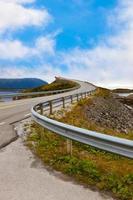 famosa ponte na estrada atlântica na Noruega foto