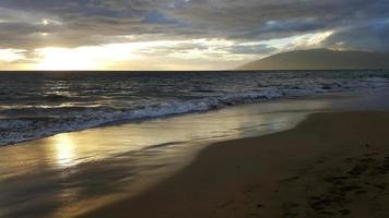 pôr do sol na praia de kamaole foto