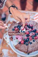 homem com pedaço de bolo em um churrasco de verão foto