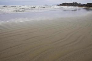 padrões de onda na areia no parque nacional da borda do pacífico foto