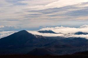 cratera haleakalā acima das nuvens