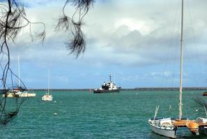 barcos no porto de hilo foto