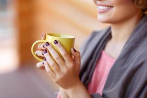 garota encantada bebendo chá foto