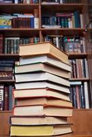livros na mesa de madeira