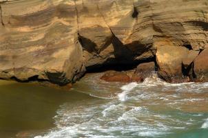 tomando banho na praia de areia verde foto