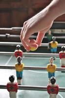 mão soltar bola pebolim foto