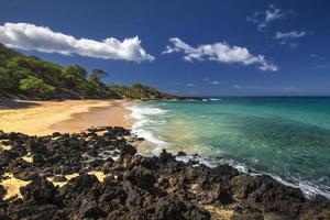 pequena praia no parque estadual de makena, sul de maui, havaí, eua