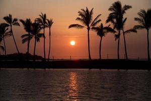 pôr do sol na ilha grande de Havaí foto