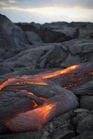 lava derretida que flui cercada por rocha de lava resfriada
