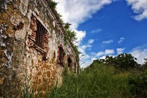 ruínas de uma prisão em uma ilha tropical remota