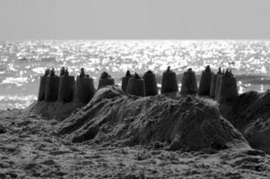 Castelo de areia na praia da madeira foto