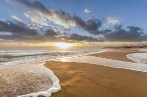 pôr do sol na praia.