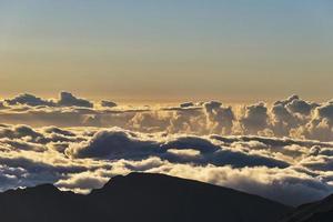 nascer do sol acima das nuvens na cratera haleakala em maui foto