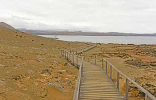 calçadão para o oceano em uma ilha vulcânica foto