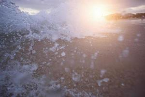 grande onda sobre o pôr do sol