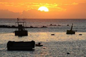 pôr do sol em puerto baquerizo moreno foto