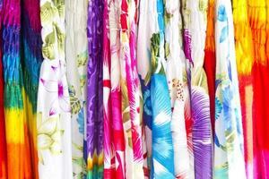 camisas tropicais coloridas foto