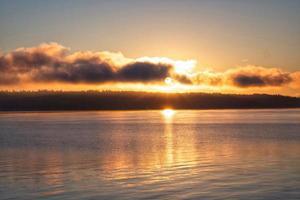 nascer do sol sobre a ilha de quadra foto