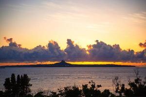 pôr do sol sobre a ilha, okinawa foto