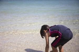 menina na praia foto