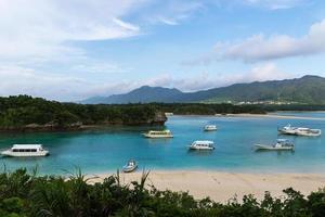 Baía de kabira na ilha de ishigaki, okinawa japão foto