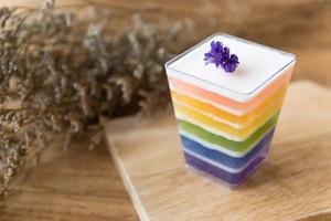 geléia de arco-íris em fundo de madeira foto