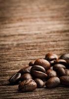 close-up feijão de café no estilo retrô vintage de bloco de madeira foto