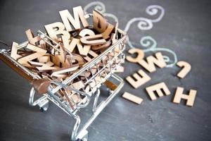carrinho de compras com letras de madeira foto