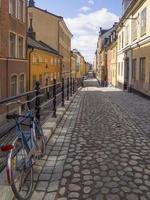 beco de paralelepípedos em Estocolmo