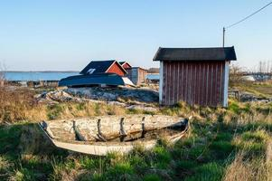 velho barco resistido em terra
