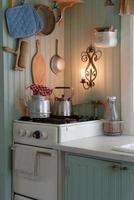 cozinha antiga de estilo campestre com chaleiras de aço