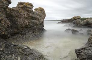 pilha do mar pelo oceano em Gotland, Suécia foto