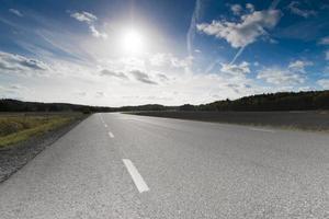 estrada rural na Suécia rural em uma tarde ensolarada de setembro