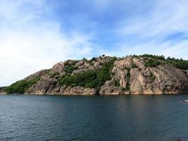 Suécia lago e madeira na solidão no verão