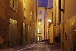 a rua estreita de gamla stan - cidade histórica de estocolmo, foto