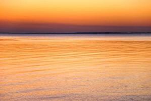 água e céu colorido