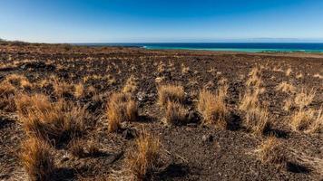 ao longo da costa na grande ilha foto