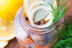 arenque marinado em uma jarra foto