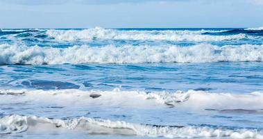 linhas de ondas chegando à costa