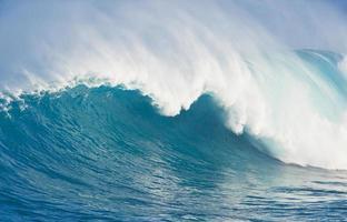 grande onda do oceano azul foto