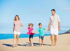 família na praia foto
