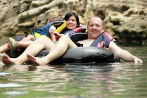 família no tubo inflável