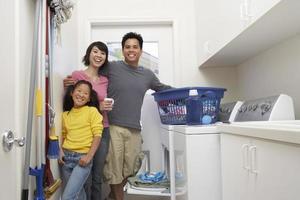 família lavando roupa