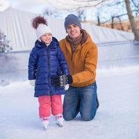 férias em família na pista de patinação foto